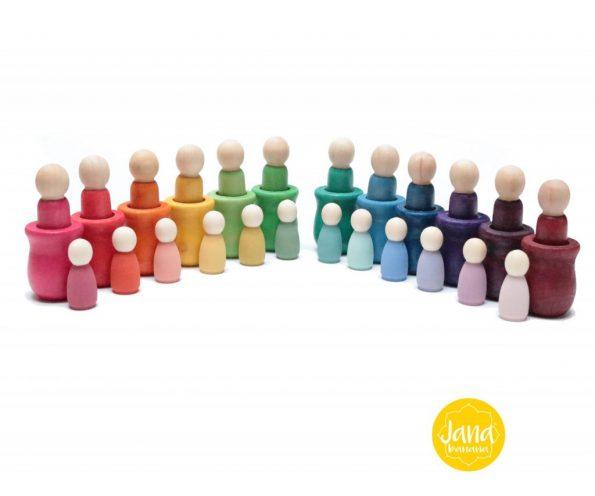 12-nins-bananitos-y-pastel-y-12-nins-con-vasijas-en-colores-vivos-JanaBanana-scaled-1.jpg