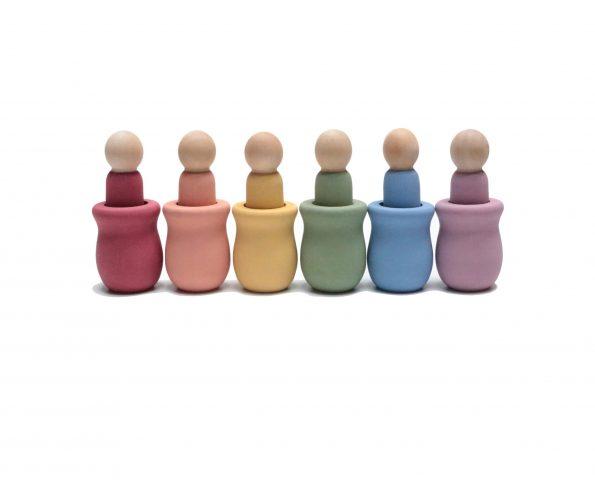6-bananitos-nins-con-vasija-en-colores-pastel-JanaBanana-scaled-1.jpg